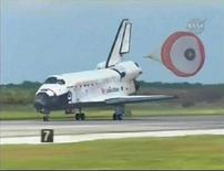 <p>La navicella Discovery atterra al Kennedy Space Center in Florida. REUTERS/NASA TV</p>