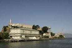 <p>L'administration américaine des parcs nationaux envisage la construction d'un hôtel de luxe sur l'île d'Alcatraz, dans la baie de San Francisco, qui a longtemps abrité l'un des pénitenciers les plus célèbres du monde. /Photo d'archives/REUTERS/Robert Galbraith</p>