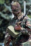 <p>Солдат вооруженных формирований Южной Осетии в центре Цхинвали 11 июля 2004 года. В результате перестрелки между грузинским селом Эргнети и центром Южной Осетии городом Цхинвали были ранены семь человек, сообщили российские информационные агентства. (REUTERS/Eduard Korniyenko)</p>
