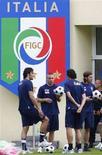 <p>Alcuni degli Azzurri: sa sinistra a destra Luca Toni, Daniele De Rossi, Fabio Grosso e Andrea Barzagli. REUTERS/Tony Gentile</p>