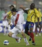 <p>O jogador peruano Paolo Guerrero (esquerda) e o jogador colombiano Carlos Alberto Sanchez dividem a bola durante partida classificatória para a Copa do Mundo de 2010. A seleção da Colômbia sobreviveu ao ataque tardio do Peru para garantir o empate em 1 x 1, no sábado. Photo by Pilar Olivares</p>