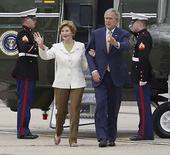 <p>El presidente de EEUU, George W. Bush, y la primera dama Laura Bush caminan hacia el avión presidencial Air Force One, en Londres, 16 jun 2008. El presidente de Estados Unidos, George W. Bush (en la foto), obtuvo el lunes un fuerte respaldo de Europa para refozar las sanciones contra Irán por su programa nuclear. El primer ministro británico, Gordon Brown, también prometió enviar más tropas para intentar poner fin a una resurgente violencia en Afganistán tras conversaciones con Bush, quien realiza una gira de despedida por Europa. Photo by Jason Reed/Reuters</p>