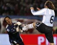 <p>Gabriel Heinze, da Argentina, disputa a bola com o goleiro do Equador,  Francisco Cevallos, na partida das eliminatórias para a Copa de 2010, em Buenos Aires, 15 de junho de 2008. Photo by Stringer</p>