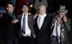 <p>La banda británica de rock The Rolling Stones en el estreno de 'Shine A Light' en la plaza Leicester, en Londres, abr 2, 2008. Los Rolling Stones descartaron un reporte publicado el fin de semana que indicaba que la banda planeaba romper su larga vinculación con la empresa discográfica EMI para unirse a la promotora de conciertos Live Nation. Sin embargo, los expertos del sector aún creen que el grupo británico podría pronto separarse del sello, que ha estado luchando por mantener en sus filas a algunos de sus principales artistas. Photo by (C) KIERAN DOHERTY / REUTERS/Reuters</p>