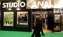 <p>Un kiosco en el área de ventas de filmes durante el festival de cine de Cannes, en Cannes, 16 mayo 2008. El cine latinoamericano actual atraviesa un período de expansión, que se plasma en un aumento de la producción, en nuevas búsquedas temáticas y estéticas y en una marcada presencia en festivales internacionales. Con más de 20 películas seleccionadas en la última edición del Festival de Cannes, cuatro de ellas en competencia por la Palma de Oro, el cine de América Latina ocupó un lugar de privilegio y mostró su condición universal. Photo by (C) ERIC GAILLARD / REUTERS/Reuters</p>