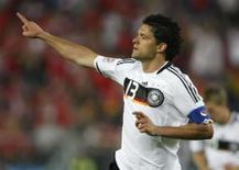 <p>Golaço de Ballack classifica Alemanha em 2o na Eurocopa. Michael Ballack acertou uma cobrança de falta perfeita e classificou a Alemanha para as quartas-de-final da Eurocopa 2008, após a vitória por 1 x 0 sobre a co-anfitriã Áustria. 16 de junho. Photo by Alex Grimm</p>