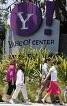 <p>Gente caminando a la salida de las oficinas de Yahoo!, en Santa Mónica, Estados Unidos. 19 mayo,2008.El inversionista disidente de Yahoo Inc Eric Jackson urgió el lunes a los accionistas de la empresa de medios por internet a votar a favor de un directorio con cinco de los miembros actuales y cuatro de la lista disidente propuesta por el multimillonario Carl Icahn. Jackson, que encabeza a un grupo de 146 inversores con 3,2 millones de acciones de Yahoo, dijo que, aunque apoyaba a Icahn, no ocurría los mismo en el caso de los grandes accionistas, por lo que propuso una 'tercera opción'. Photo by (C) LUCY NICHOLSON / REUTERS/Reuters</p>