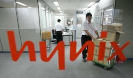 <p>Le sud-coréen Hynix Semiconductor annonce qu'il va acheter environ 9,5% de ProMOS Technologies pour 168 millions de dollars (108 millions d'euros), renforçant ainsi un partenariat stratégique avec son concurrent taïwanais. /Photo d'archives/REUTERS/You Sung-Ho</p>