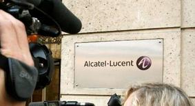 <p>Alcatel-Lucent a signé un contrat d'un milliard de dollars avec l'opérateur China Mobile pour la modernisation et l'extension de son réseau. /Photo d'archives/REUTERS/Benoît Tessier</p>