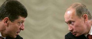 """<p>Дмитрий Козак и президент России Владимир Путин (справа) на встрече с мэрами российскиих городов в Москве 23 октября 2007 года. Глава Министерства регионального развития Дмитрий Козак не поддержал идею вернуться к выборам глав российских регионов, которой кремлевская """"Единая Россия"""" посвятит заседание внутрипартийного дискуссионного клуба в среду. Эксперты и источники в Кремле говорят, что дискуссия закончится ничем. (REUTERS/Sergei Karpukhin)</p>"""