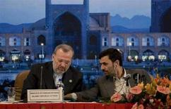 <p>Президент Ирана Махмуд Ахмадинежад (справа) и глава МИДа страны Манушер Моттаки во время сессии министерского совета ОПЕК в Исфахане, 17 июня 2008 года. Иран вывел около $75 миллиардов из Европы, чтобы та не заморозила его активы после угрозы ввести новые санкции против этой ближневосточной страны, не желающей сворачивать ядерную программу.(REUTERS/Morteza Nikoubazl)</p>