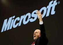 <p>El presidente ejecutivo de Microsoft, Steve Ballmer, habla en una conferencia de prensa en Hanover, 3 mar 2008. Microsoft, el mayor fabricante de software del mundo, dijo el martes que planea abrir en Europa un centro tecnológico de búsquedas (STC por su sigla en inglés) como parte de su plan para acelerar las inversiones en Live Search. La ubicación del STC aún no ha sido determinada, aclaró la compañía, que maneja varias ciudades entre sus opciones. Photo by (C) CHRISTIAN CHARISIUS / REUTERS/Reuters</p>