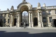 """<p>Entrée du palais de l'Élysée. La France entend s'engager dans la lutte informatique offensive et ne plus se contenter de la seule stratégie défensive dans ce domaine. Pour la présidence, la guerre informatique, dont les acteurs vont des """"hackers"""" (pirates informatiques) aux États en passant par les groupes terroristes et mafieux, """"est devenue une réalité"""". /Photo prise le 23 avril 2007/REUTERS/Charles Platiau</p>"""