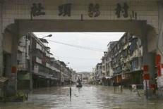 <p>Um habitante de Zhangzhou, na China, percorre de barco rua inundada da cidade. O centro industrial do extremo sul da China preparava-se na terça-feira para enfrentar as enchentes que já mataram 169 pessoas na região. Photo by Stringer Shanghai</p>