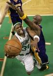 <p>Paul Pierce, do Celtics, tenta a cesta contra os Los Angeles Lakers em Boston, 17 de junho de 2008  REUTERS. Photo by Pool</p>