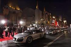 <p>Espectadores se congregan a la salida del teatro Chino de Hollywood, California para el estreno de la cinta 'Iron Man', 30 abr 2008.El gasto de consumo en entretenimiento cinematográfico aumentará a 111.200 millones de dólares para el 2012, desde los 85.900 millones de dólares del 2007, gracias al crecimiento de Asia-Pacífico y a las mejoras digitales en dispositivos en salas y en el hogar, según un reporte publicado el miércoles. El Pronóstico Global de Entretenimiento y Medios de PricewaterhouseCoopers para 2008-2012 indicó que el gasto en taquillas aumentará a una tasa compuesta de un 6,1 por ciento anual, a 36.900 millones de dólares en 2012, mientras que el gasto en video para el hogar crecerá a un 4,9 por ciento anual. Photo by (C) MARIO ANZUONI / REUTERS/Reuters</p>