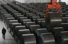 <p>Funcionário checa aço produzido pela Kunming Iron and Steel Ltd., em  Kunming, na China. O forte terremoto que atingiu a China no mês passado vai impulsionar o crescimento do PIB em 0,3 ponto percentual líquidos em 2008. Photo by Stringer Shanghai</p>