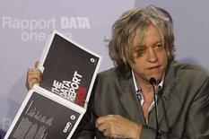 <p>El roquero irlandés Bob Geldof durante la presentación del informe del grupo activista DATA en París,18 jun 2008.Los roqueros activistas Bono y Bob Geldof desafiaron el miércoles al presidente francés, Nicolas Sarkozy, para que incremente la asistencia a Africa, diciendo que Francia no estaba cumpliendo con los compromisos que hizo en el 2005 en una cumbre del G8. El líder de U2 y el ex cantante de Boomtown Rats, quienes jugaron un rol activo en los conciertos del Live 8 en apoyo a la asistencia y alivio de las deudas con vistas a la cumbre, dijeron que el fracaso de los líderes del G8 en cumplir sus promesas a los más pobres del mundo era 'una vergüenza'. Photo by Benoit Tessier/Reuters</p>