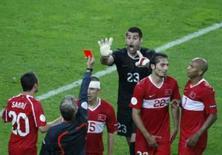 <p>O árbitro sueco Peter Frojdfeldt expulsa o goleiro turco Volkan Demirel durante partida contra a República Tcheca, dia 15 de junho. O goleiro da Turquia foi suspenso por duas partidas e ficará fora das quartas-de-final contra a Croácia e de uma possível semi-final da Euro 2008, disse a UEFA, organizadora do torneio, na quarta-feira. Photo by Pascal Lauener</p>