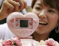 "<p>Una donna sperimenta ""Ikemenbank"". REUTERS/Toru Hanai (JAPAN)</p>"