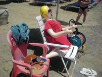 <p>La bambola gonfiabile che ieri mattina occupava il posto del bagnino in carne e ossa sulla spiaggia di Imperia. REUTERS/HO</p>