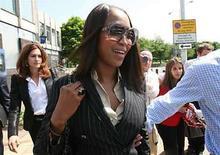 <p>La modelo británica Naomi Campbell abandona la estación policial del aeropuerto de Heathrow, en Londres (foto de archivo), 29 mayo 2008. La supermodelo británica Naomi Campbell (en la foto) se declaró el viernes culpable de agredir en abril a dos oficiales de la policía luego de disturbios en un avión en el aeropuerto Heathrow de Londres. Luciendo un traje negro y lentes de sol, la modelo de 38 años tuvo que ser escoltada por sus guardaespaldas a través de un gran grupo de periodistas y fotógrafos que la esperaban fuera de la Corte de Magistrados de Uxbridge en el oeste de Londres. Photo by (C) STEPHEN HIRD / REUTERS/Reuters</p>