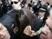 <p>British supermodel Naomi Campbell (C) hides her face as she is escorted into Uxbridge Magistrates Court in west London June 20, 2008. REUTERS/Luke MacGregor</p>