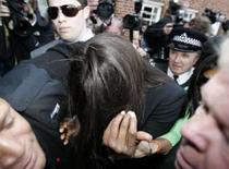 <p>A modelo Naomi Campbell se esconde ao ser escoltada para a corte de Uxbridge, em Londres, 20 de abril de 2008. Ela confessou-se culpada da agressão de dois policiais dentro de um avião da British Airways. Photo by Luke Macgregor</p>
