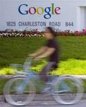 <p>Un uomo in bicicletta davanti alla sede di Google a Mountain View, in California. REUTERS/Kimberly White (UNITED STATES)</p>