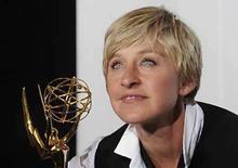 <p>La comediante Ellen Degeneres posa con su premio Emmy en el teatro Kodak de Hollywood , California, jun 20, 2008. La comediante Ellen DeGeneres (en la foto) y la anfitriona de espacios de cocina Rachel Ray estuvieron el viernes en el centro de atención del Emmy Diurno, debido a que se repartieron los principales premios por sus programas de televisión. En otro punto alto de la tarde, Jeanne Cooper, la dama de teleserie número uno de la televisión de Estados Unidos, fue nominada como mejor actriz en una serie dramática por su papel de 35 años como Katherine Chancellor en 'The Young and the Restless'. Photo by Phil Mccarten/Reuters</p>