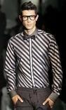 <p>Un modelo exhibe una creación de Dolce & Gabbana de la temporada primavera/verano 2009, en Milán, Italia, 21 jun 2008. Los diseñadores italianos Dolce & Gabbana abrieron el sábado la semana de la moda en Milán con un estilo relajado, inspirándose en kimonos orientales para vestir a hombres con pijamas de seda de noche el próximo verano. Estampados asiáticos con dragones y mariposas decoraron las batas y los pantalones cortos en negro, blanco, gris, sepia y marfil de la marca. Naomi Campbell modeló uno de sus diseños como parte de las colecciones masculinas primavera/verano 2009. Photo by Alessandro Garofalo/Reuters</p>