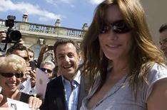 <p>El presidente francés, Nicolas Sarkozy, y la primera dama Carla Bruni-Sarkozy saludan a visitantes en el Palacio Eliseo, en París, jun 21, 2008. El presidente de Francia, Nicolas Sarkozy (en la foto), ha atenuado su llamativo estilo de vida según su esposa Carla Bruni, quien dijo que votaría por él a pesar de su tendencias de izquierda. Sarkozy se ha ganado el apodo de 'presidente Bling-Bling', por su afición a las gafas de sol Ray-Ban y los relojes Rolex. Photo by Gonzalo Fuentes/Reuters</p>