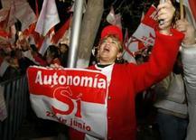 <p>Mulher boliviana comemora após referendo sobre autonomia na Bolívia. O governo boliviano considerou ilegal o referendo realizado na véspera pelo Departamento de Tarija, governado pela oposição, para declarar sua autonomia do poder central. Photo by Stringer</p>