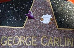 <p>A note and a flower are seen on the star of comedian George Carlin on the Walk of Fame in Hollywood, California June 23, 2008. Carlin died of heart failure at a Los Angeles-area hospital on Sunday. He was 71. REUTERS/Mario Anzuoni</p>