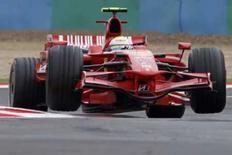 <p>Massa lidera primeiro dia de treinos em Silverstone. Felipe Massa ditou o ritmo dos treinos para o Grande Prêmio da Inglaterra da próxima semana, nesta terça-feira, menos de dois dias depois da vitória na França que o levou à liderança do Mundial de Fórmula 1 pela primeira vez na carreira. Foto do Arquivo. Photo by Jean-Paul Pelissier</p>