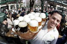 <p>Un mesero sirve cervezas en un bar en Viena, Austria,15 mar 2007.Uno de cada cinco estadounidenses concurre regularmente a tomar tragos con compañeros de trabajo, donde los percances más comunes van desde hablar mal de otro compañero hasta besar a un colega y beber demasiado, según un estudio dado a conocer el martes. La mayoría de los trabajadores asisten a los llamados 'happy hours' para relacionarse con sus colegas, aunque el 15 por ciento va a escuchar los últimos chismes de oficina y el 13 por ciento lo hace porque se siente obligado, dijo el sondeo realizado por CareerBuilder.com, un sitio laboral de internet. Photo by (C) HERWIG PRAMMER / REUTERS/Reuters</p>