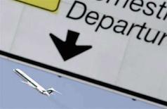 <p>Un aereo Alitalia decolla da Fiumicino. REUTERS/Alessandro Bianchi (ITALY)</p>