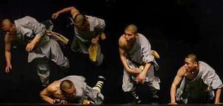 <p>Monjes Shaolin del templo chino Shaolin realizan una presentación en el Palacio Nacional de la Cultura en Sofía , Bulgaria, jun 7 2006 (foto de archivo) El templo chino Shaolin, lugar de nacimiento del kung fu y estrella en muchas películas de artes marciales, inauguró una tienda en internet para vender sus productos. Bajo el nombre de 'Shaolin, el escenario de la alegría', el sitio de internet fue creado por una filial del templo en la popular página china de comercio electrónico www.taobao.com, y ofrece desde zapatos a té o camisetas. Photo by (C) STOYAN NENOV / REUTERS/Reuters</p>
