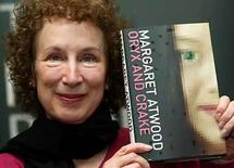 <p>The Man Booker Prize shortlisted novelist Canada's Margaret Atwood, 14 oct 2003. La escritora canadiense Margaret Atwood (en la foto) fue galardonada el miércoles con el Premio Príncipe de Asturias de las Letras 2008, según hizo público en Oviedo el jurado, presidido por Víctor García de la Concha. El premio fue otorgado 'por su espléndida obra literaria, que ha explorado diferentes géneros literarios con agudeza e ironía y porque ella asume inteligentemente la tradición clásica, defiende la dignidad de las mujeres y denuncia situaciones de injusticia social', dijo el comunicado del jurado presidido por Víctor García de la Concha. Photo by (C) REUTERS PHOTOGRAPHER / REUTERS/Reuters  holds up her book 'Oryx and Crake' in London, October 14, 2003. The Man Booker Prize winner is due to be announced at a ceremony in London on Tuesday evening. SH/ASA</p>