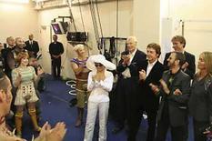 <p>Foto de archivo de los integrante de los Beatles, Yoko Ono y el elenco de la producción de Cirque de Soleil 'Love', entre bambalinas en Las Vegas (2006). Una nueva película de los Beatles retrata a los miembros sobrevivientes, las viudas y a su productor reunidos, superando su relación discordante y colaborando en un lujoso show con el Cirque de Soleil. La película, 'All Together Now', muestra a Paul McCartney y a Ringo Starr trabajando con Yoko Ono, a la viuda de George Harrison, Olivia, y al productor de los Beatles Sir George Martin mezclando su música para el siglo XXI con la producción en Las Vegas de 'Love'. Photo by Reuters (Handout)</p>