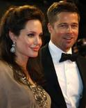 <p>Pitt e Jolie doam US$ 1 mi para crianças atingidas por guerra. Os atores Brad Pitt e Angelina Jolie doaram 1 milhão de dólares para ajudar na educação de crianças afetadas pela guerra do Iraque tanto naquele país como nos Estados Unidos. 20 de maio. Photo by $Byline$</p>
