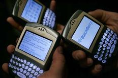 <p>Research In Motion (RIM), le fabricant du BlackBerry, a présenté des prévisions inférieures aux attentes des analystes financiers, sanctionnées par une baisse de 8% de son action dans les transactions hors séance en dépit d'un bénéfice trimestriel plus que doublé à 482,5 millions de dollars. /Photo d'archives/REUTERS/Mario Anzuoni</p>