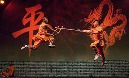 <p>Монахи Шаолиня демонстрируют боевое искусство в Праге, во время мирового тура. Китайский монастырь Шаолинь, родина кунг-фу и место действия многих фильмов, посвященных восточным единоборствам, открыл интернет-магазин, чтобы продавать свои изделия. (REUTERS/Petr Josek)</p>