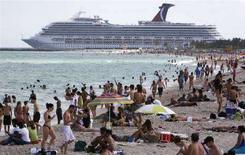 <p>Bagnanti a South Beach, Miami, il 13 aprile 2008. REUTERS/Miguel A. Baez (Usa)</p>