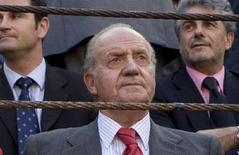 """<p>Король Испании Хуан Карлос наблюдает за боем быков в Мадриде 5 июня 2008 года. Король Испании Хуан Карлос призвал игроков своей страны """"биться"""" за победу с командой России в полуфинальном матче чемпионата Европы, однако оценил шансы обеих команд """"50/50"""". (REUTERS/Juan Medina)</p>"""