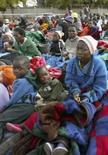 <p>Grupo de cerca de 300 pessoas pede abrigo na embaixada sul-africana em Harare. Seguidoras do MDC, o partido de oposição, elas temem retaliações por parte do governo de Robert Mugabe. Tsvangirai, o líder do partido, que desistiu do segundo turno das eleições presidenciais no domingo, disse que o povo do Zimbábue não aceitará que Mugabe continue no poder. Photo by Philimon Bulawayo</p>