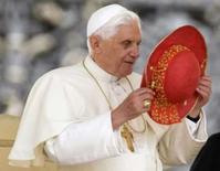 <p>O papa Bento XVI retira seu chapéu ao chegar em audiência no Vaticano, no dia 25 de junho. Após anos de especulações de que o papa Bento 16 usava sapatos da grife Prada, o jornal oficial do Vaticano negou a história, chamando-a de 'frívola'. Photo by Chris Helgren</p>