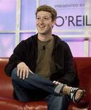 <p>Facebook accedió a pagar un monto no aclarado en efectivo y acciones para cerrar una antigua batalla legal sobre si su fundador, Mark Zuckerberg (en la foto), robó ideas de sus compañeros de la universidad de Harvard para su sitio web, según documentos legales conocidos en la noche del miércoles. Las partes implicadas en el caso -que enfrenta a Zuckerberg, un tímido empresario de 24 años y que ahora es millonario, contra sus ex compañeros de clase y una vez miembros del equipo olímpico de remo de Estados Unidos Cameron y Tyler Winklevoss- accedieron a un acuerdo preliminar en febrero, de acuerdo a los documentos. Photo by (C) KIMBERLY WHITE / REUTERS/Reuters</p>
