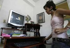 <p>Una joven cubana usa su computadora nueva, en La Habana , 2 myao 2008. Olvídese de los IPods, Blackberries y otros juguetes electrónicos. La mayoría de los cubanos está aún esperando que le instalen un teléfono y menos de un cinco por ciento tiene una computadora, reportó el jueves el Gobierno. Photo by (C) CLAUDIA DAUT / REUTERS/Reuters</p>