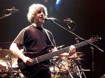 <p>File photo shows Phish guitarist/bassist Mike Gordon performing during the first of two sold-out performances at the Thomas & Mack Center in Las Vegas, September 29, 2000. REUTERS/Ethan Miller</p>
